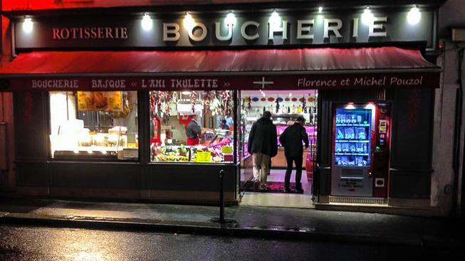 Pařížské řeznictví  L'Ami Txulette místo jedené výlohy instalovalo prodejní automat