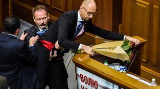 V ukrajinském parlamentu to bývá divoké. Na snímku poslanec Barna ze strany prezidenta Porošenka brání Jaceňukovi ve vystoupení