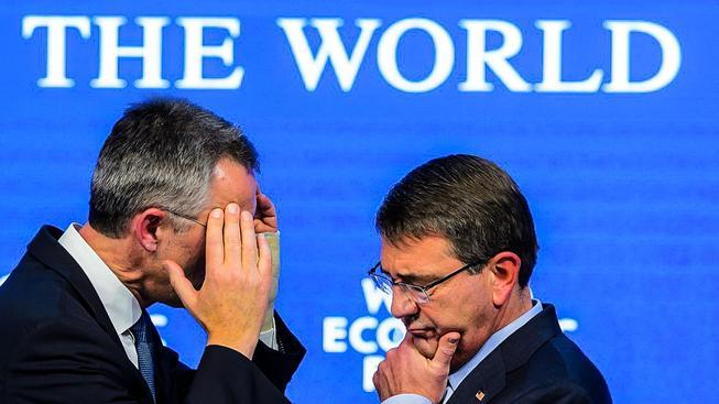 Generální tajemník NATO Stoltenberg (vlevo) a americký ministr obrany Ashton Carter (vpravo)