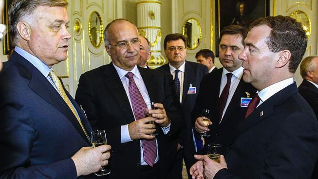 Alexej Beljajev (druhý zleva) v roce 2010 jako šéf Tatravagónky s šéfem ruských železnic Jakuninem (vlevo) a Vladimirem Medveděvem (vpravo), tehdy ruským prezidentem dnes premiérem