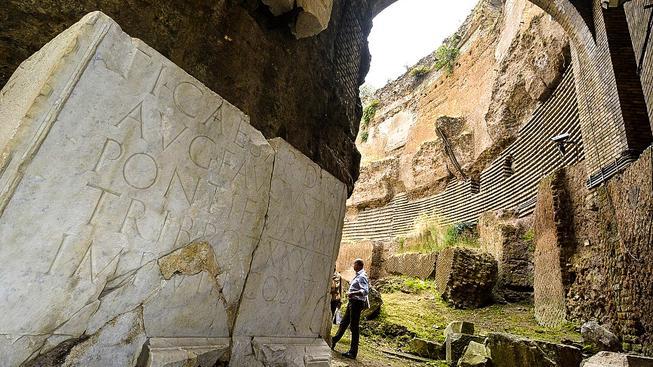 Augustinova hrobka císařů je památkou, která si zaslouží péči. Itálie ale nemá dost peněz, a tak přímo v centru Říma stavba zarůstá plevelem