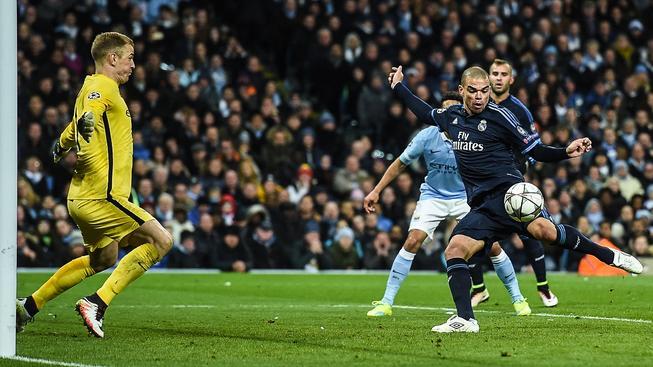 Portugalský obránce Pepe se ocitl zcela nekrytý před brankářem Hartem, Realu ale vítězství nevystřelil