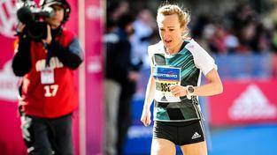 Eva Vrabcová-Nývltová v cíli Pražského půlmaratonu