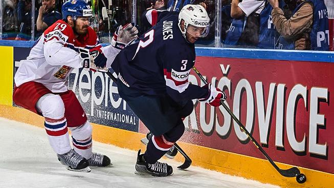 Obránce Jan Kolář (vlevo) v loňském duelu s USA v Praze o bronz