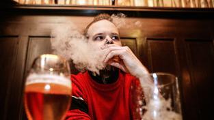 Kouření v českých restauracích a hospodách poslanci nezakázali. Ilustrační snímek