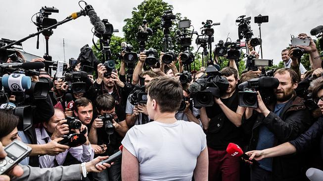 Nadiju Savčenkovovou po příletu na Ukrajinu vítali jako hrdinku, čekaly na ni i deítky novinářů
