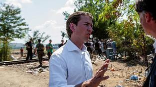 Rakouský ministr zahraničí Sebastian Kurz na makedonských hranicích s Řeckem