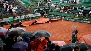 Tenistům v Paříži nepřeje počasí