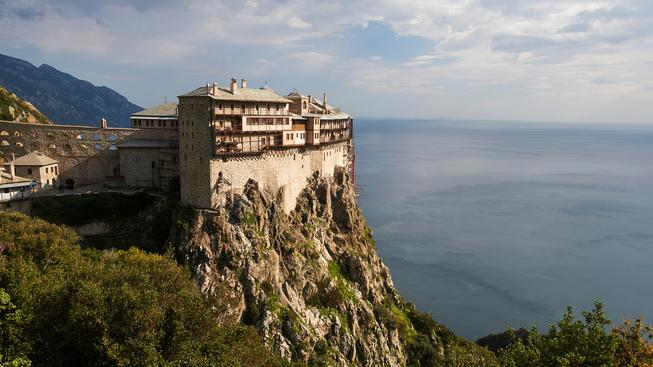 Turisté se k neposkvrněné přírodě poloostrova Athos mohou dostat jen na dohled z lodi plující minimálně půl kilometru od pobřeží