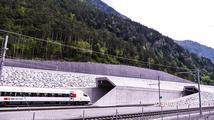 Nejdelším tunelem na světě projely první vlaky. Vede pod Alpami