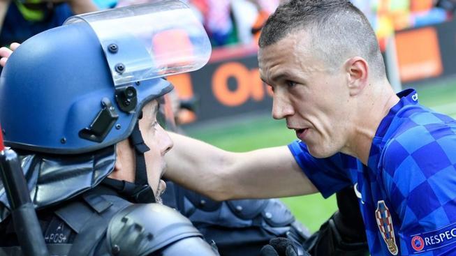 Ivan Perišič, policista, Česko - Chorvatsko, ME ve fotbale 2016, ST. Etienne