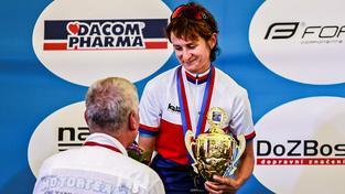 Sáblíková s trofejí z časovky, kterou vyhrála tento týden