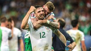Shane Duffy (č. 12) se pořád může radovat s irskou reprezentací