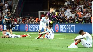 Wayne Rooney utěšuje zdrcené spoluhráče