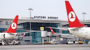 Dva atentátníci se odpálili na letišti v Instanbulu. Úřady potvrdili 10 mrtvých