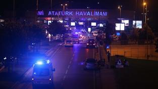 Hlavní letiště v Istanbulu po útocích sebevražedných atentátníků
