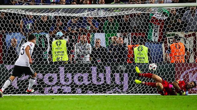 Rozhodující moment duelu: Jonas Hector překonává v rozstřelu Gianluigiho Buffona