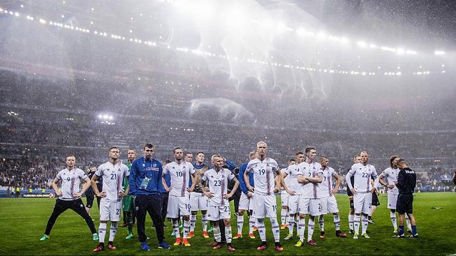 Islandská reprezentace po prohraném čtvrtfinále v St. Denis