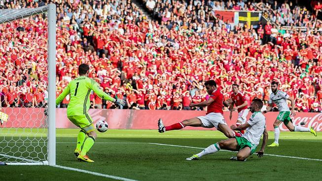 Duel 2 nováčků Eura v osmifinále Wales - Severní Irsko měl díky ostrovním fans skvělou atmosféru