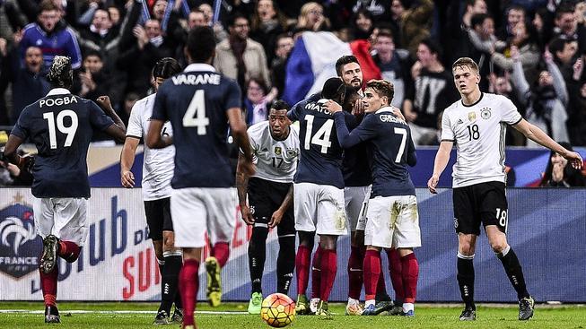 Oliver Giroud (3. zprava) oslavuje trefu proti Německu v listopadové přípravě