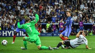 Antoine Griezmann (v modrém) střílí Němcům rozhodující gól na 2:0