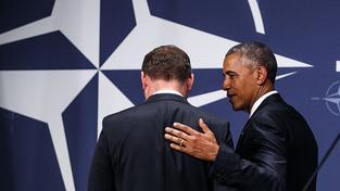 Barack Obama poplácává na varšavském summitu po zádech polského kolegu Andrzeje Dudu