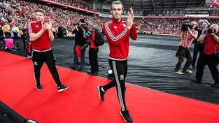 Gareth Bale na plném stadionu kráčel spolu s ostatními po vzoru filmových hvězd po červeném koberci