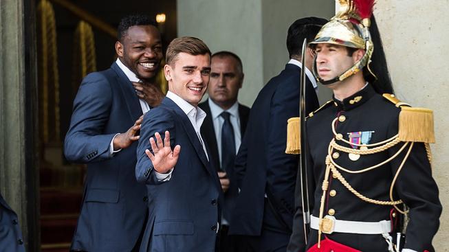 Antoine Griezmann (druhý zleva) byl dnes spolu s celým francouzským týmem pozván na oběd k prezidentovi Francoisovi Hollandemu