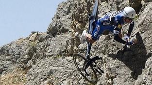 Šílený pád francouzského cyklisty