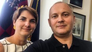 Michal Hašek reagoval na kauzu kolem jeho imaginární mluvčí fotkou s Eliškou Windovou, tiskovou mluvčí jihomoravského kraje. Ale dosud využíval služeb i neviditelné Lucie Proutníkové