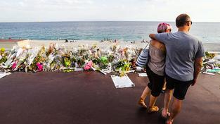 Květiny na promenádě v Nice, kde automobilový vrah před týdnem zabil na 90 lidí