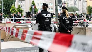 Mnichovská policejní hlídka u místa činu