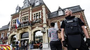 Policista hlídkující po útoku před radnicí v Saint-Étienne du Rouvray