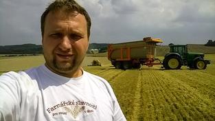 Ministr Jurečka si vyfotil selfíčko během sečení ječmene