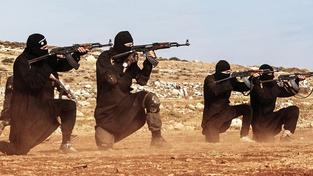 Ozbrojenci IS s kalašnikovy na propagandistické fotografii. Dost možná jsou AK-47ky, které drží, původem z východní Evropy