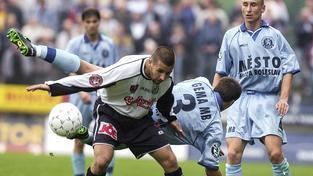 Michal Káník (v bílém) po ukončení aktivní kariéry fotbal úplně neopustil. Uplácel hráče a domlouval výsledky