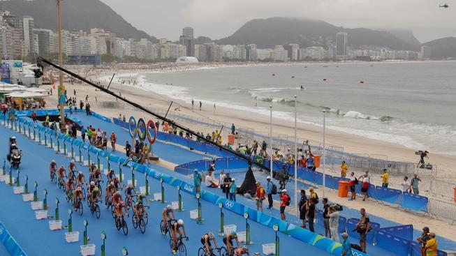 Závod triatlonistů se scenérií Ria