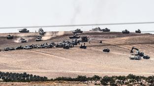 Turecko zahájilo ofenzívu v syrském pohraničí. Do boje vyslalo i tanky
