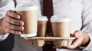 Papírové kelímky na kávu se na skládce rozkládají dvacet let. Ilustrační snímek