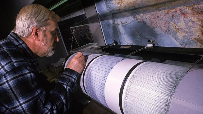 Geolog Amerického geologického ústavu (USGS) sleduje měření seismické aktivity