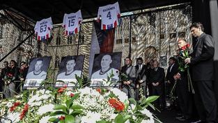 Památku tragicky zesnulých českých hokejistů uctilo naplněné Staroměstské náměstí