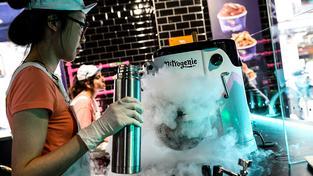 Zmrzlina se připravuje mimo jiné s pomocí tekutého dusíku