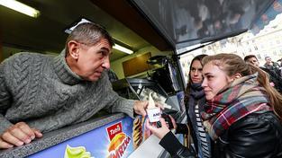 Nejdřív rozdával koblihy a zmrzlinu, pak polévku z vlastní kapsy, teď stovky korun ze státní pokladny. Babiš si snaží koupit voliče napříč věkovým a sociálním spektrem
