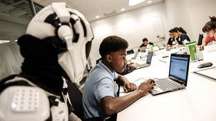 Mladší lidi jsou chytřejší, říká zakladatel největší sociální sítě na světě. A vypadá to, že s ním souhlasí celé Křemíkové údolí. Na snímku workshop Googlu