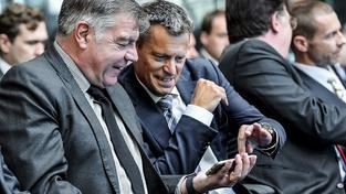 Anglický kouč Sam Allardyce (vlevo) nabízel rady, jak podvádět ve fotbale. Bohužel novinářům v přestrojení