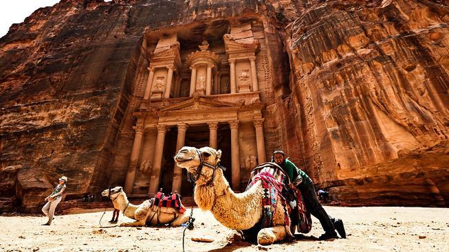 Petra je doslova turistickým magnetem. Přitahuje však pochopitelně i vědce