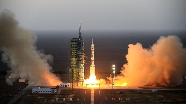 Čína vyslala do své vesmírné laboratoře na oběžné dráze dvojici svých kosmonautů