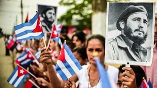 Kubánci čekající na Castrův popel, který během čtyř dnu projel celou Kubu