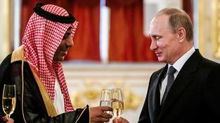 Saúdský velvyslanec Abdulrahmán al-Rassí si připíjí s Vladimirem Putinem