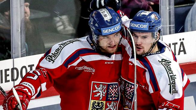 Duo Jeřábek a Holík slaví gól Finsku na Karjale